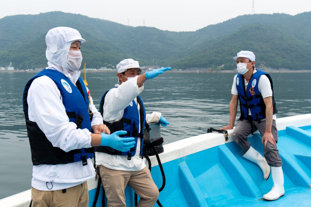 (From right) Mr. Minami, Mr. Muraki share knowledge about oyster farming with Mr. Nakatani (left) in Sakoshi